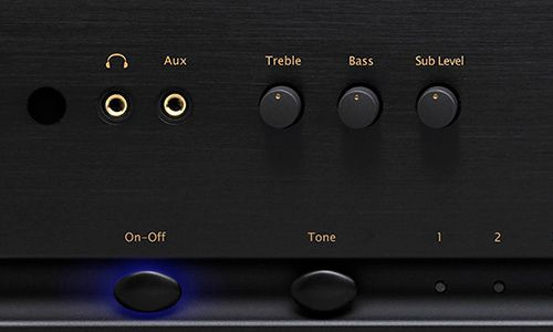 Zoomed-in view of control knobs on front of amp